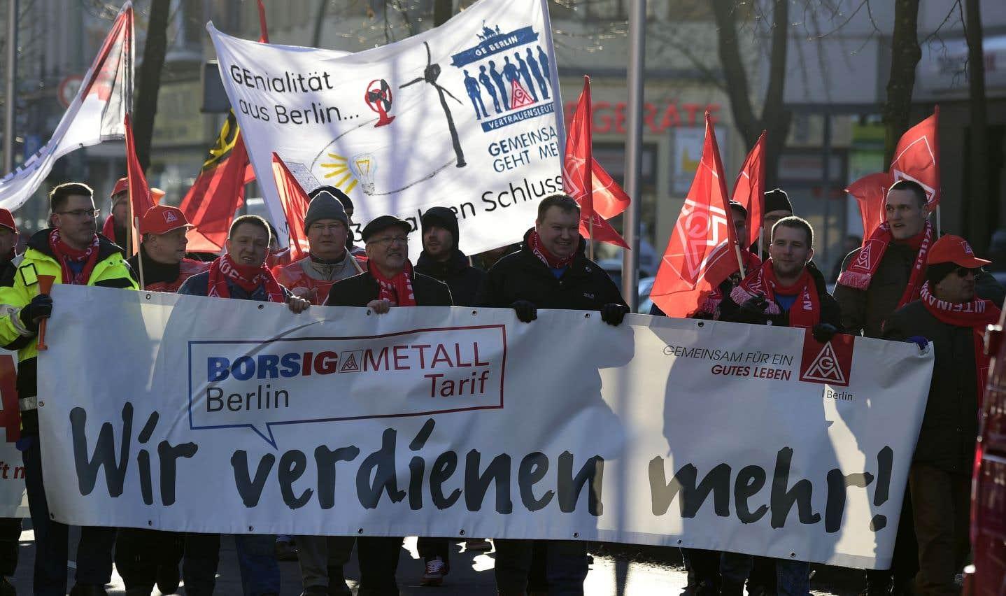 Le puissant syndicat allemand de la métallurgie IG Metall a donné lundi le coup d'envoi de protestations portant notamment sur le passage de la semaine de travail de 35 à 28heures pour ceux qui le souhaitent, avec compensation partielle de la perte de salaire par l'employeur. Ici devant un édifice de la compagnie d'ascenseurs Otis à Berlin.