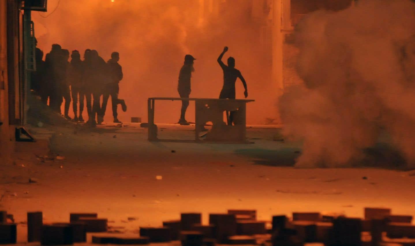 Des affrontements entre certains manifestants tunisiens et les forces de l'ordre ont éclaté dans le district de Djebel Lahmer, à Tunis, mardi.