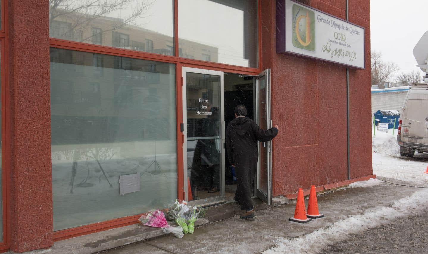 Cette photo de janvier 2017 montre un homme qui entre auCentre culturel islamique de Québec.