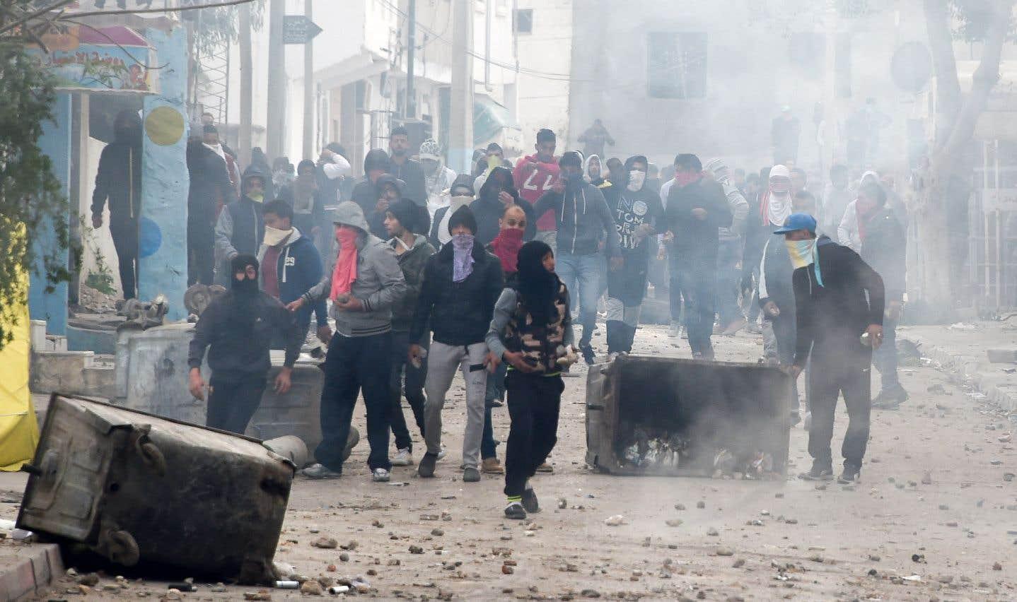Des manifestants, mardi, à Tebourba, au lendemain de la mort d'un homme pendant la première nuit de heurts