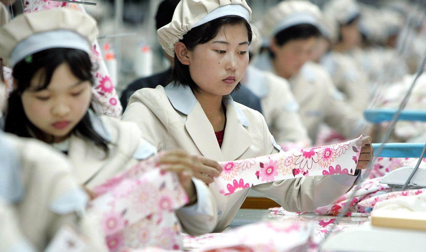 Comme des milliers de leurs compatriotes exilés dans divers pays, ces ouvrières nord-coréennes travaillent à la chaîne dans une manufacture de la Corée du Sud, à quelques kilomètres de la zone démilitarisée fortifiée qui sépare les deux pays.