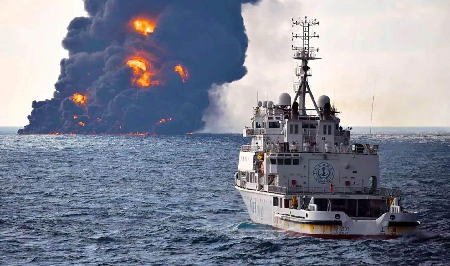 À la mi-journée dimanche, le navire-citerne «s'est subitement embrasé», avec un panache de fumée s'élevant jusqu'à 1000 mètres dans les airs.