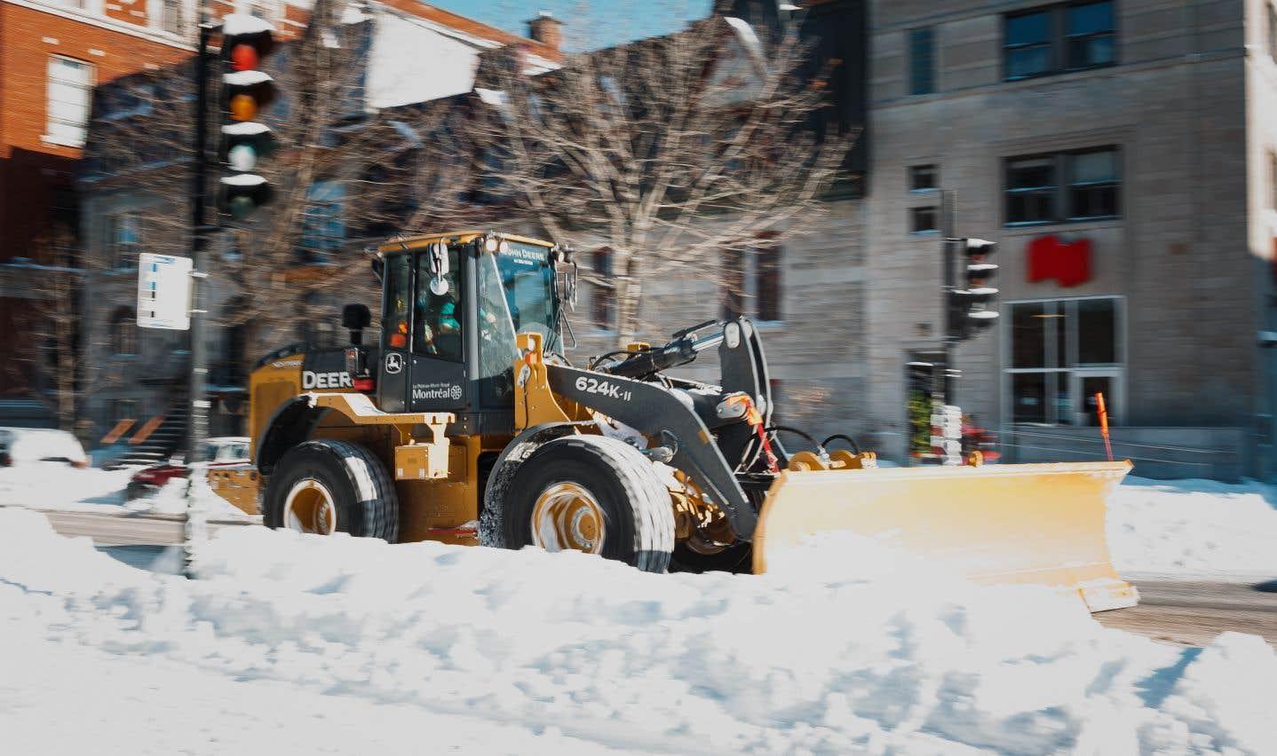 La Ville de Montréal demande aux automobilistes de respecter les interdictions de stationner afin de permettre à ses employés de charger la neige le plus rapidement possible.