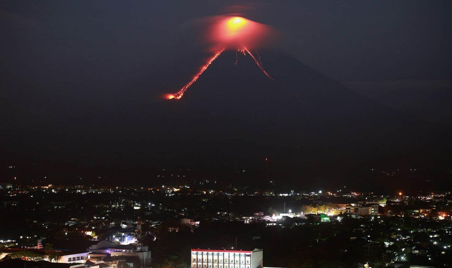 Le réveil du volcan philippin Mayon fait fuir des milliers de personnes
