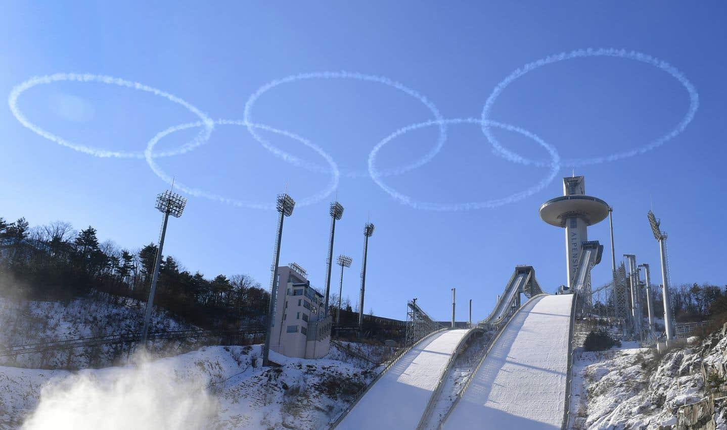 Des membres de l'équipe de l'armée de l'air sud-coréenne effectuent des acrobaties au-dessus du site de saut à ski des Jeux olympiques d'hiver de Pyeongchang, le 10 janvier dernier.