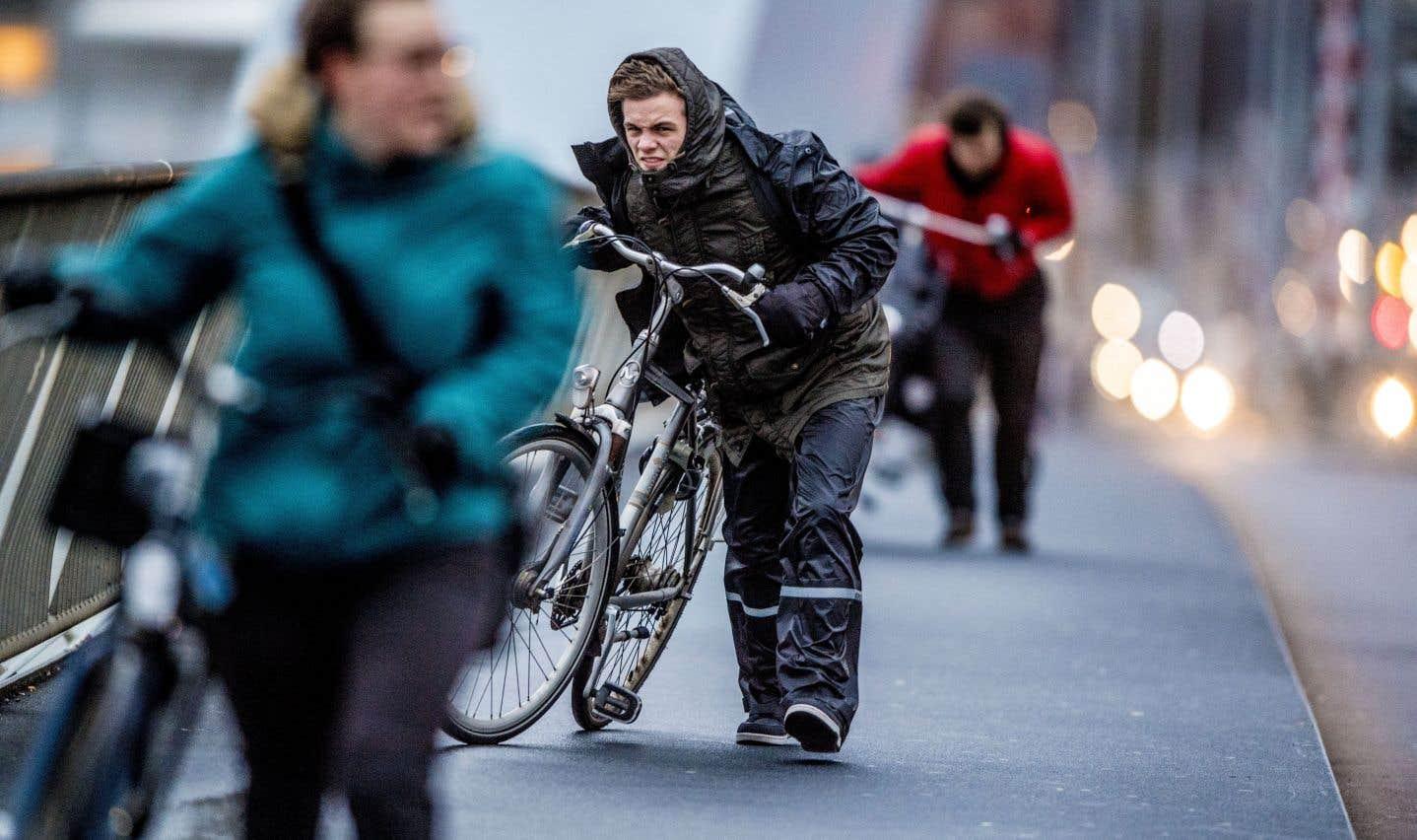 Aux Pays-Bas, des cyclistes ont été soufflés de leur vélo par les fortes rafales, ont rapporté des médias.