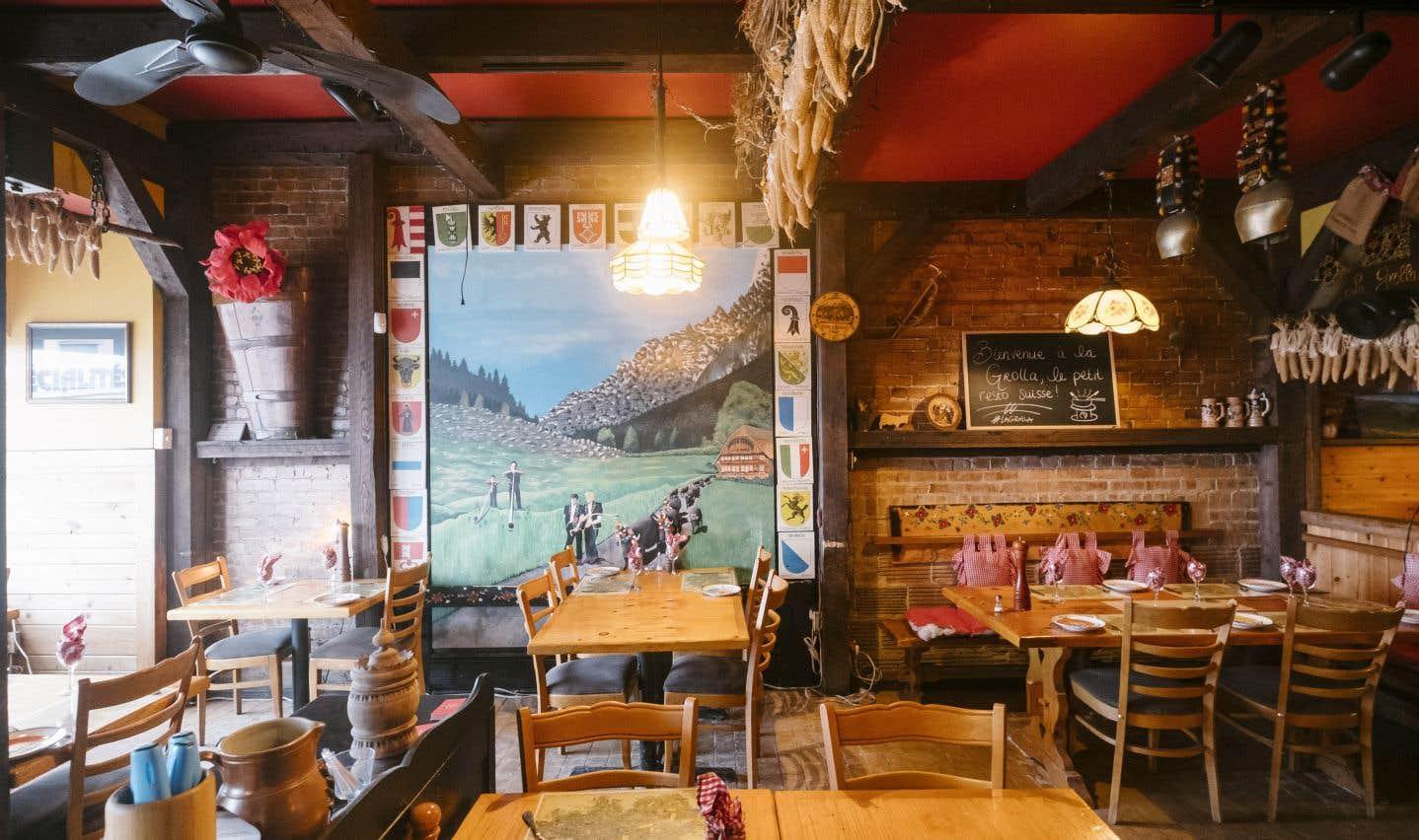 Le local de La Grollase veut une évocation des chalets montagnards avec appliques de bois brut, déco rustique et tissus à carreaux. Et les lieux fleurent bon le fromage.