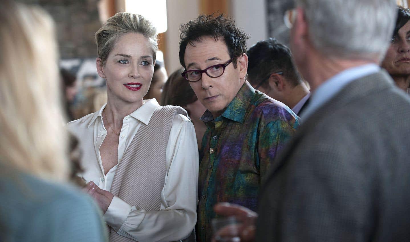 Superbe quinquagénaire au caractère bien trempé, Olivia Lake (Sharon Stone) ressent le besoin, au grand dam de son meilleur ami gai JC Schiffer (Paul Reubens), de lire le désir dans les yeux des hommes.