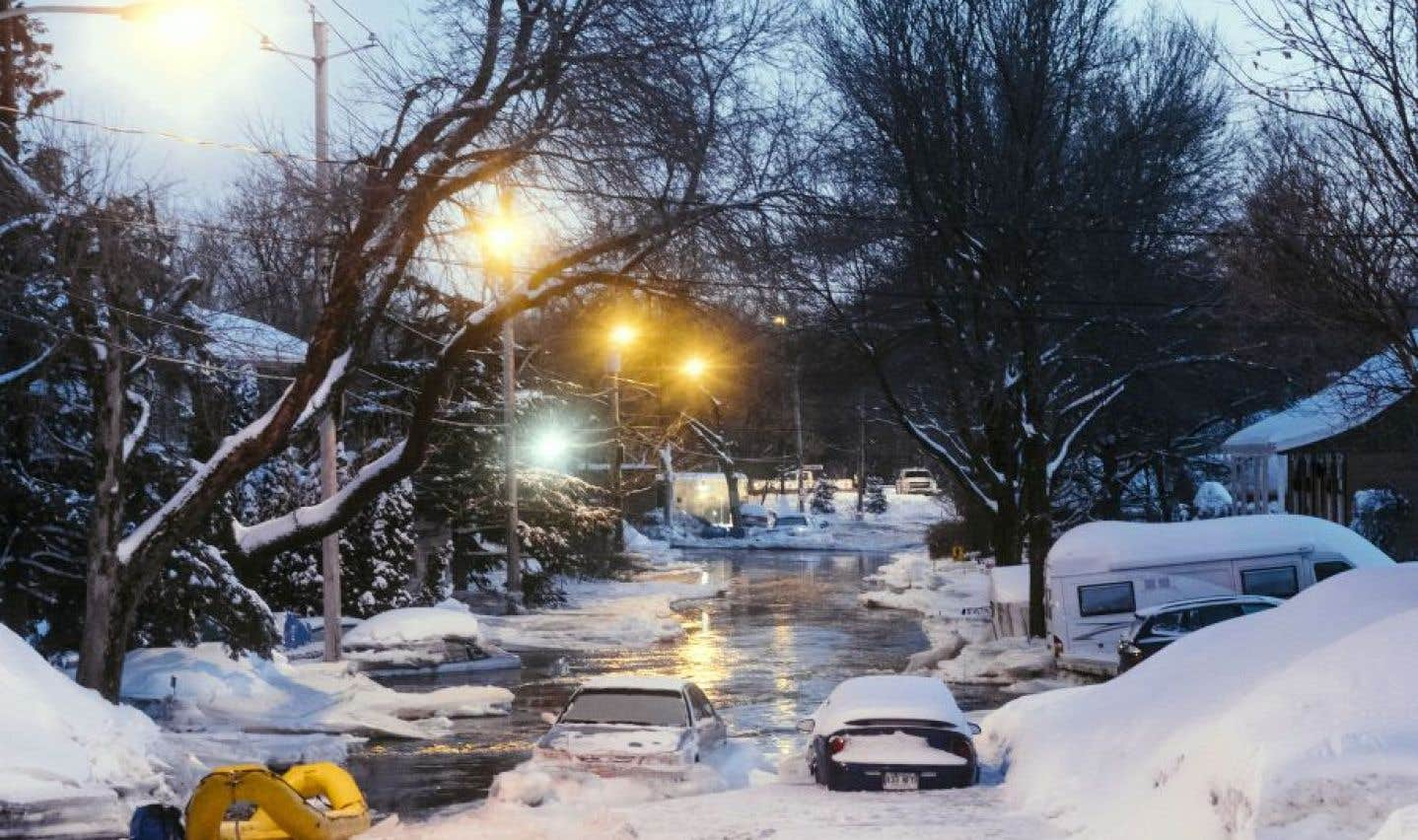 Des rues du quartier Duberger-Les Saules, à Québec, ont été noyées en raison d'un embâcle qui s'est formé sur la rivière Saint-Charles.