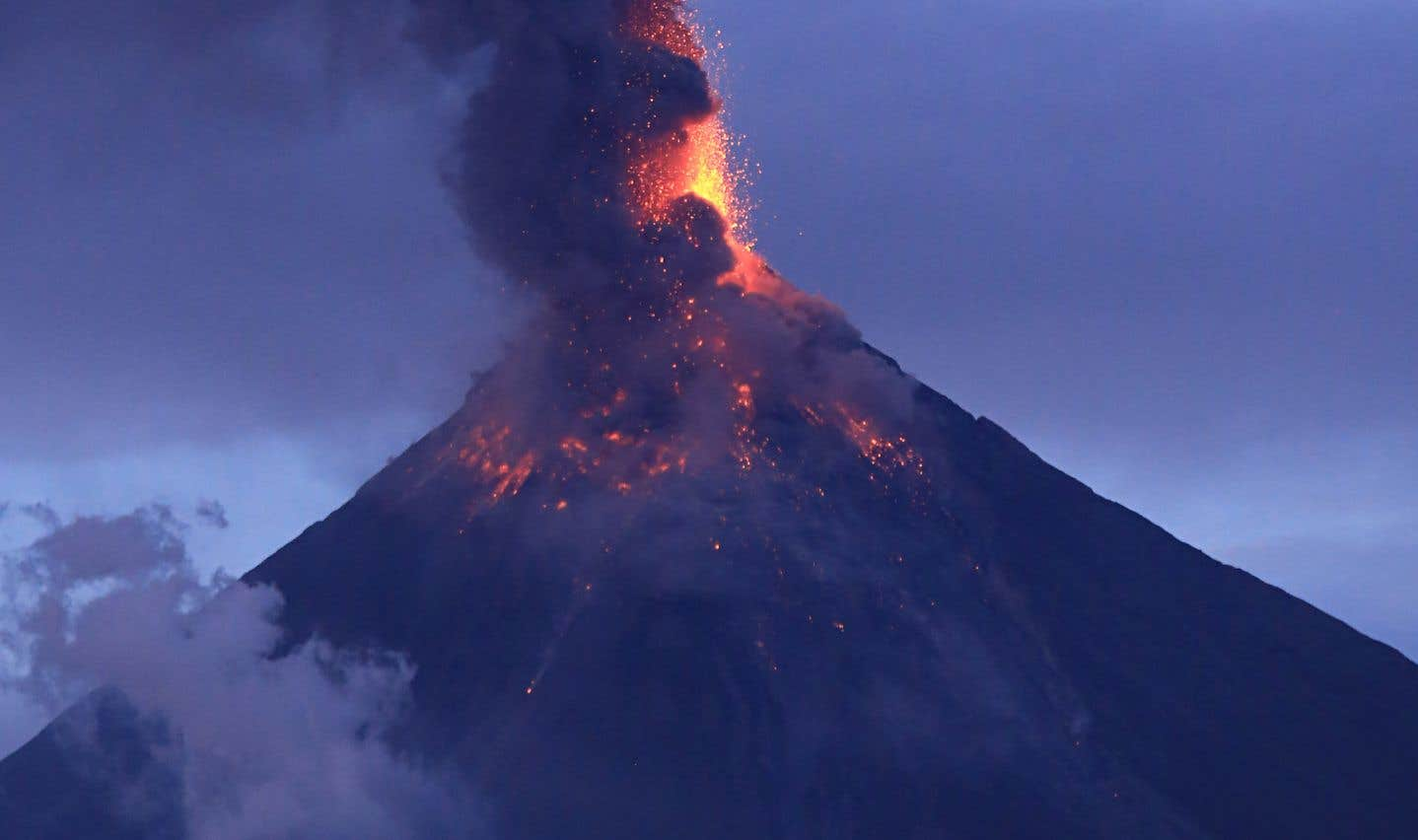 Philippines: le volcan Mayon toujours en éruption