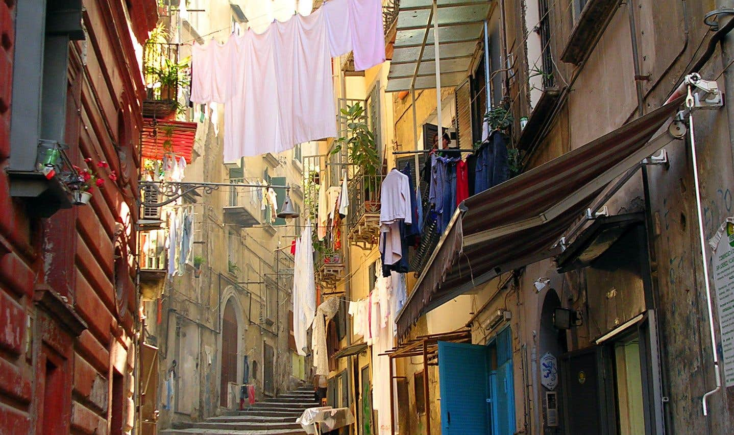 On est en 1979. Elena, la narratrice, revient s'installer à Naples avec ses deux filles.
