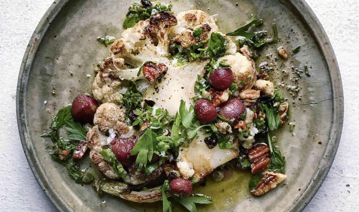 Il s'agit simplement de chou-fleur coupé en tranches épaisses, assaisonné et grillé, ou rôti.