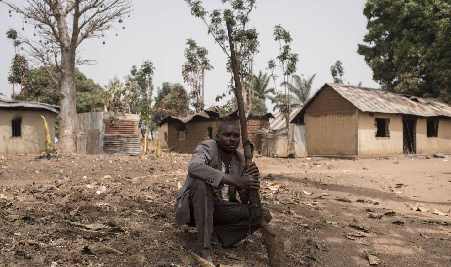 Une vigile armée dans le village de Bakin Kogi, dans l'État de Kaduna dans le nord-ouest du Nigeria, en février 2017. Le village avait été attaqué, peu avant, par des présumés bergers peuls.