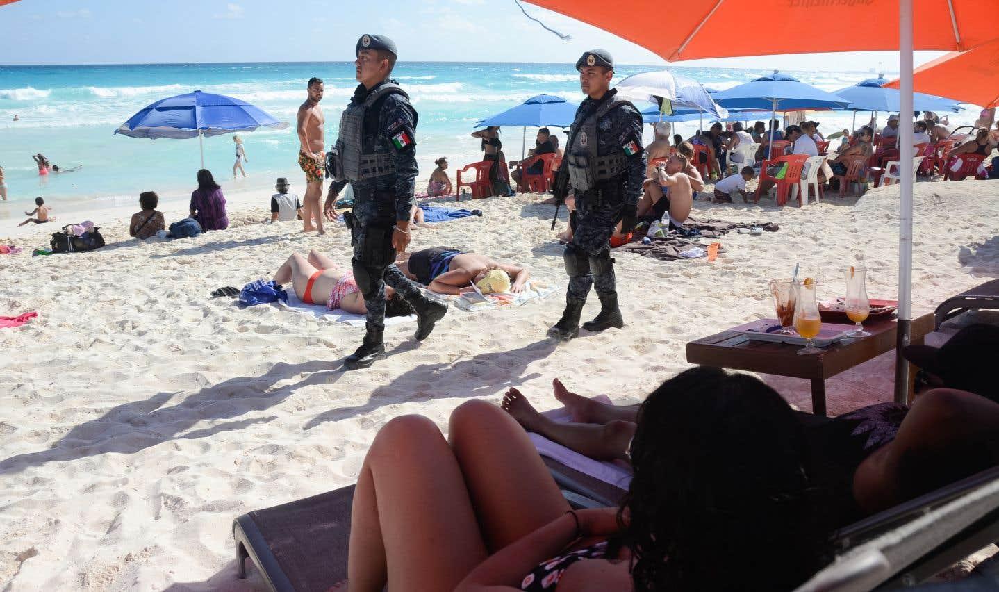 Patrouille de police sur la plage de Cancún. Les violences liées aux affrontements en cartels se sont fortement accrues l'an dernier.