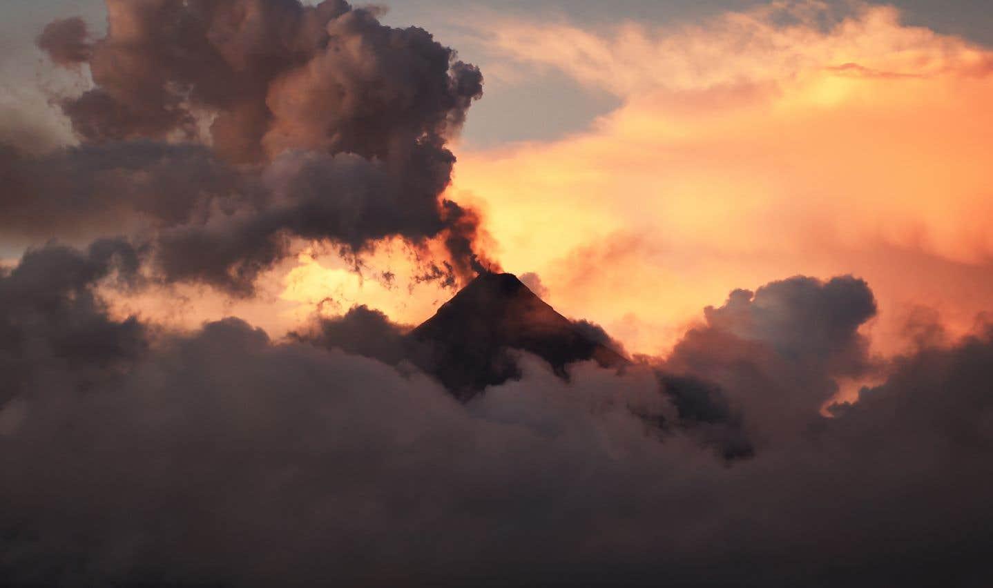 Le Mayon projette jusqu'à 5 km dans les airs des panaches de cendres qui transforment le jour en nuit.