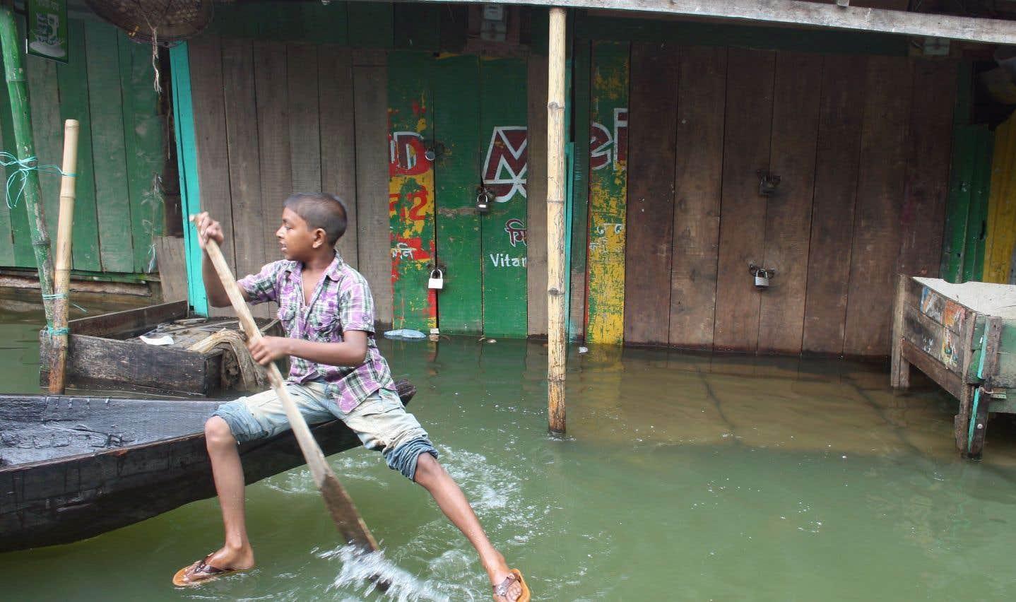 80% du territoire du Bangladesh est constitué de plaines inondables. Chaque année au moment des crues, le tiers du pays disparaît sous les eaux.