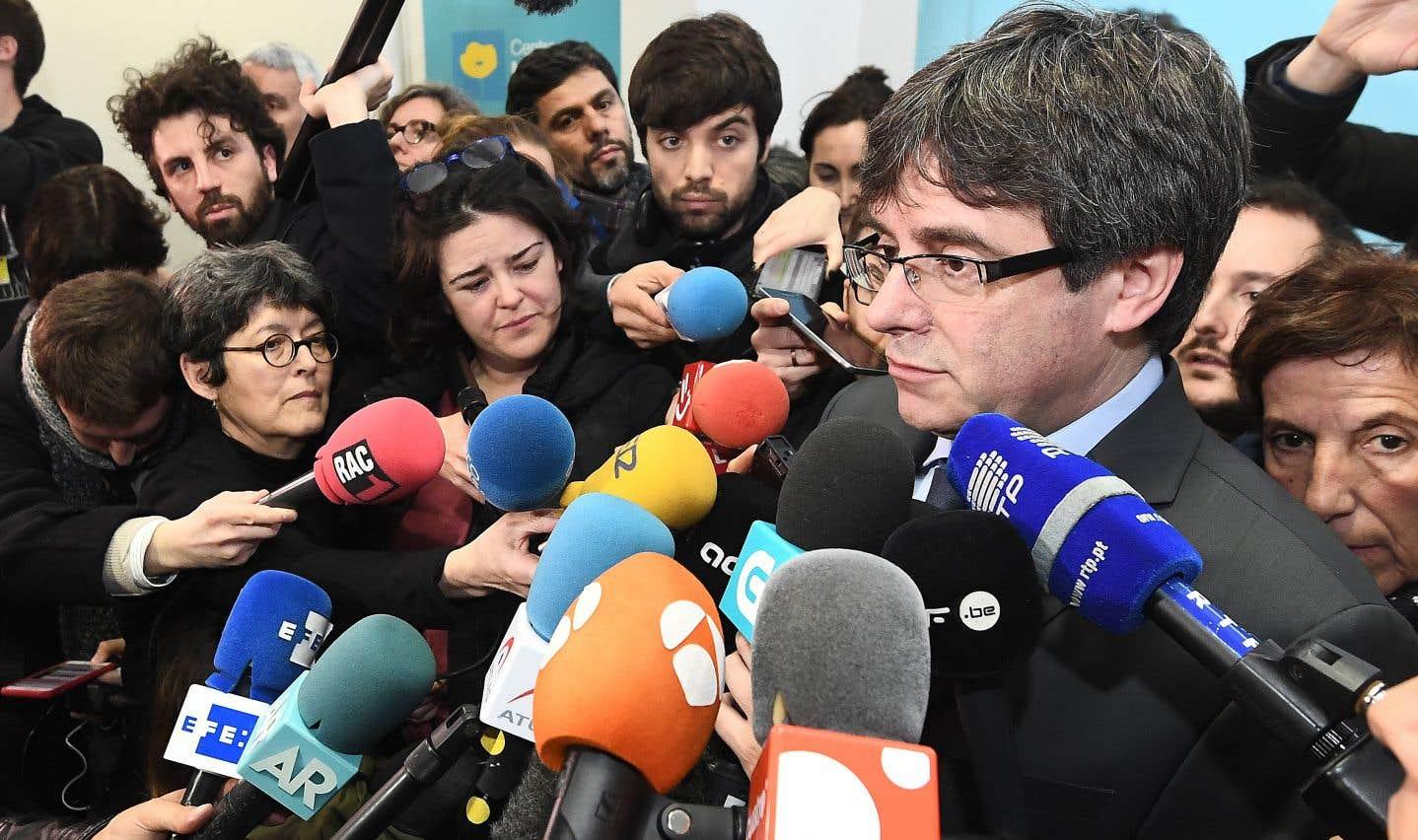 Le président catalan déchu, Carles Puigdemont, répond aux questions des journalistes lors d'une mêlée de presse, à Bruxelles, le 24 janvier.