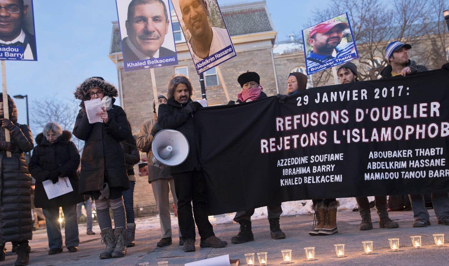 Une centaine de personnes se sont réunies devant la station de métro Mont-Royal, à Montréal, en souvenir des victimes de l'attentat de Québec.