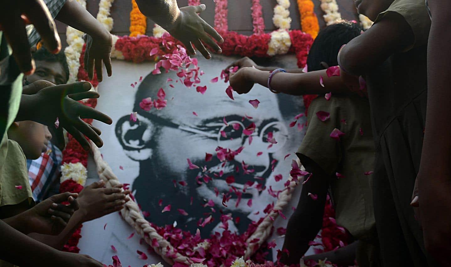 Véritable symbole de la résistance non violente, Gandhi était assassiné par un extrémiste hindou il y a maintenant 70 ans.