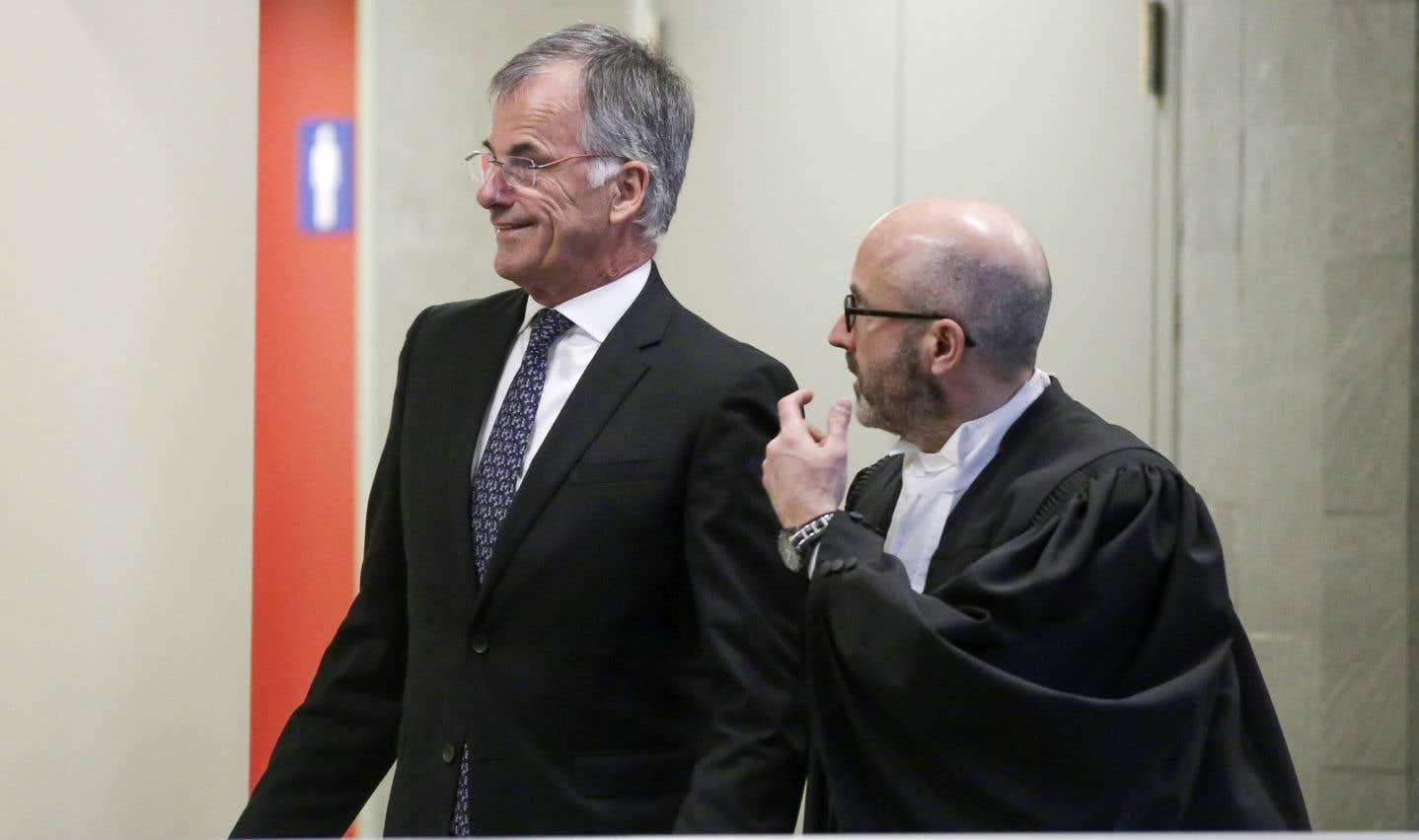 Le député Guy Ouellette et son avocat dans les couloirs du palais de justice de Québec avant son témoignage dans le cadre du procès des ex-ministres Nathalie Normandeau et Marc-Yvan Côté