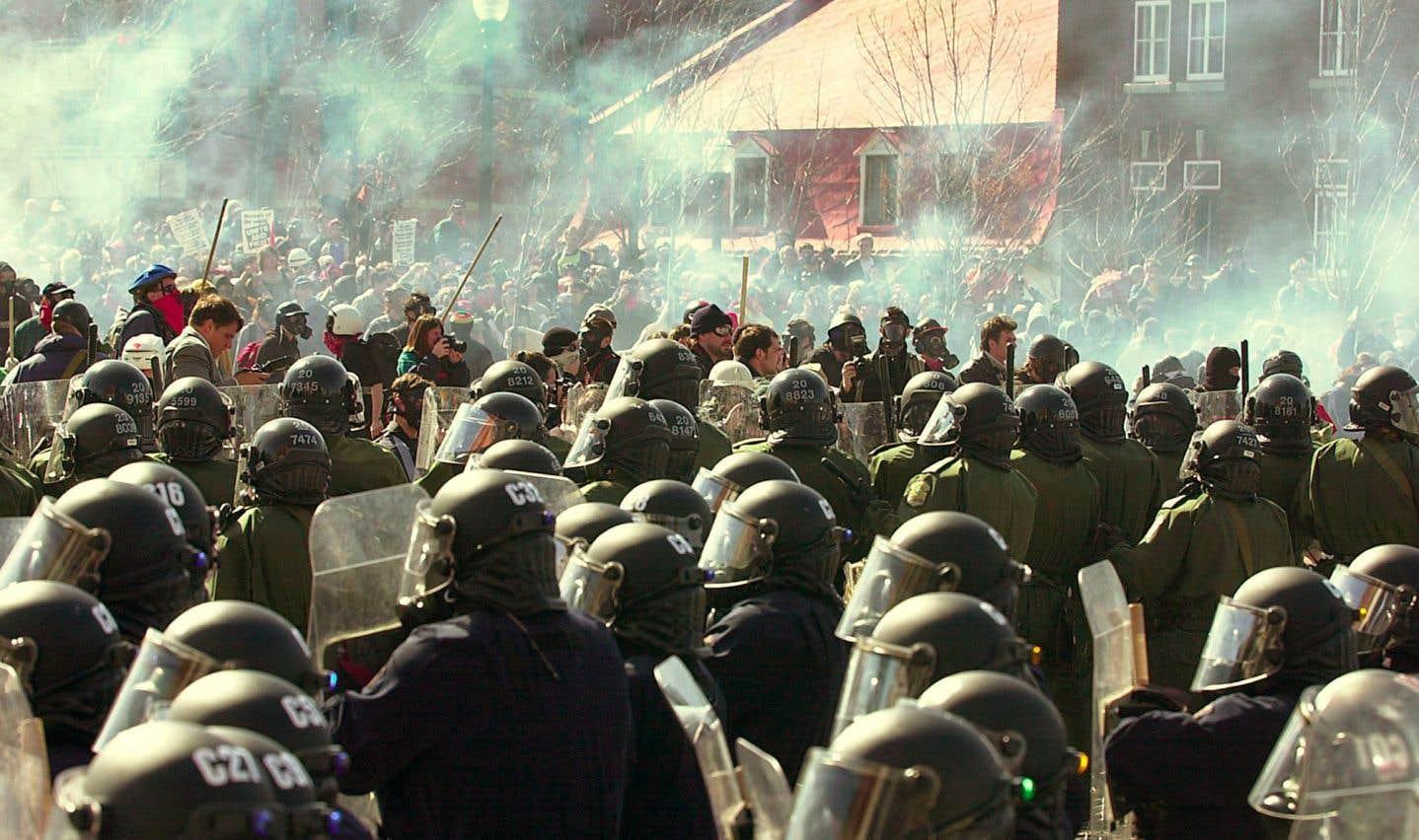 Affrontement entre policiers et manifestants lors du Sommet des Amériques qui se tenait à Québec en 2001.