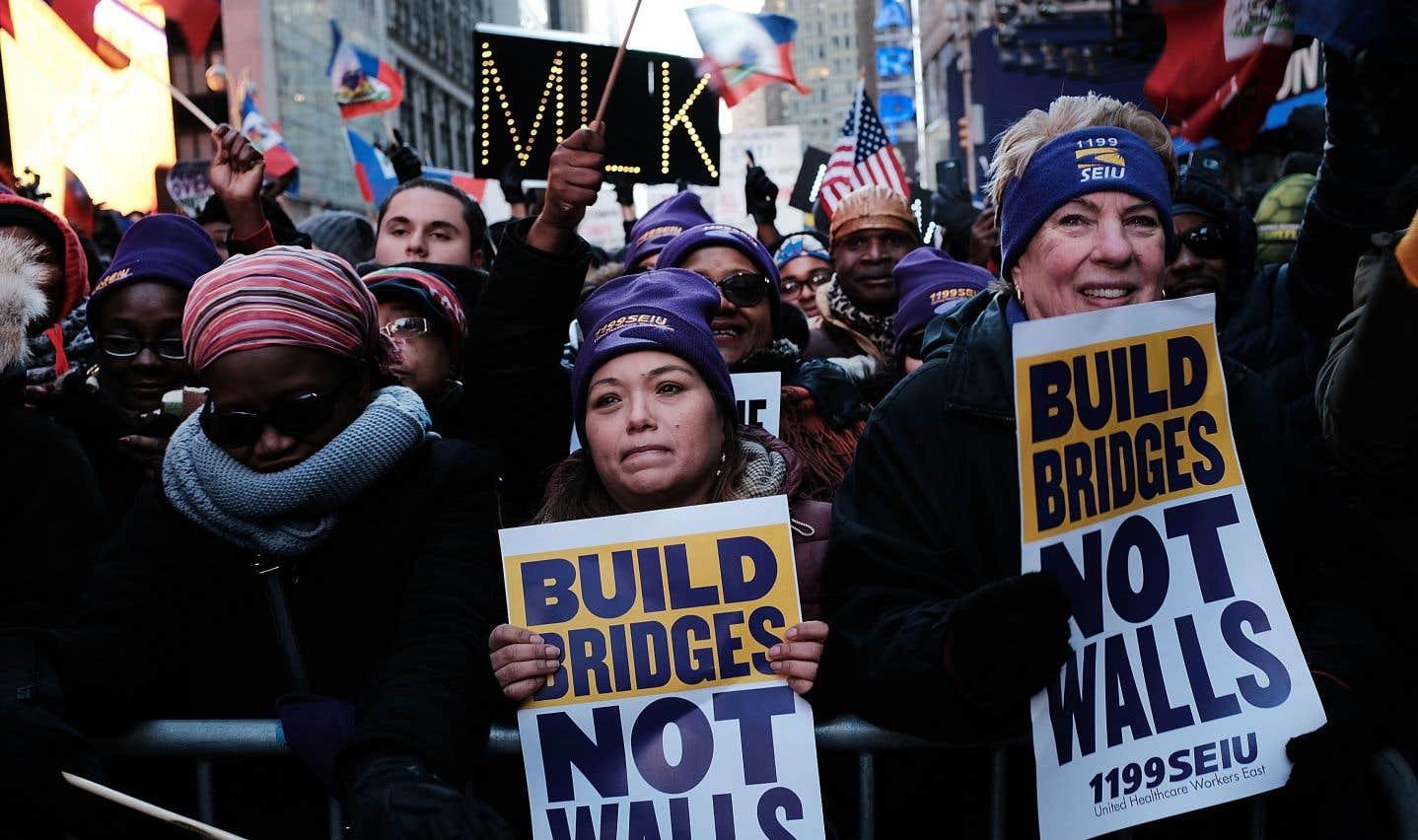 Des centaines de personnes manifestent à Times Square le jour de Martin Luther King, le 15 janvier dernier, à la suite des commentaires controversés du président Trump concernant Haïti et les pays africains.