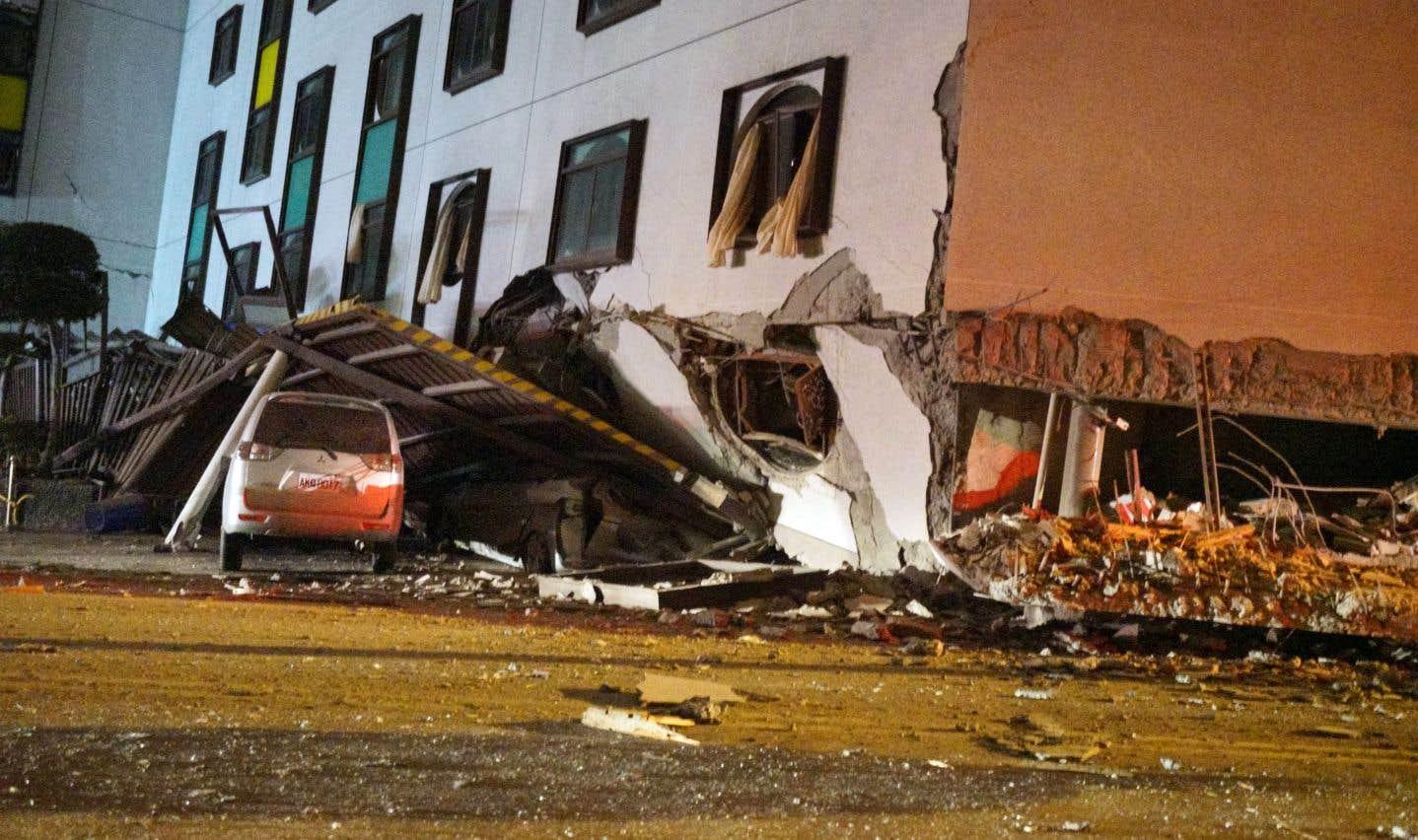 Plusieurs bâtiments se sont effondréset une trentaine de personnes se sont retrouvées bloquées dans l'hôtel touché.