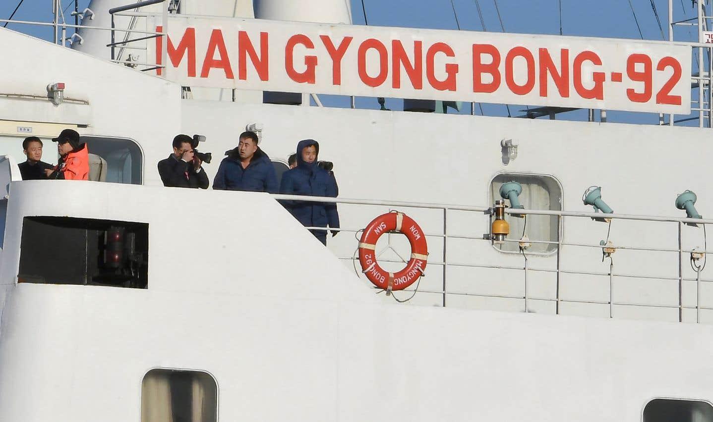 Plus d'une centaine d'artistes nord-coréens sont arrivés en Corée du Sud à bord d'un traversier mardi.