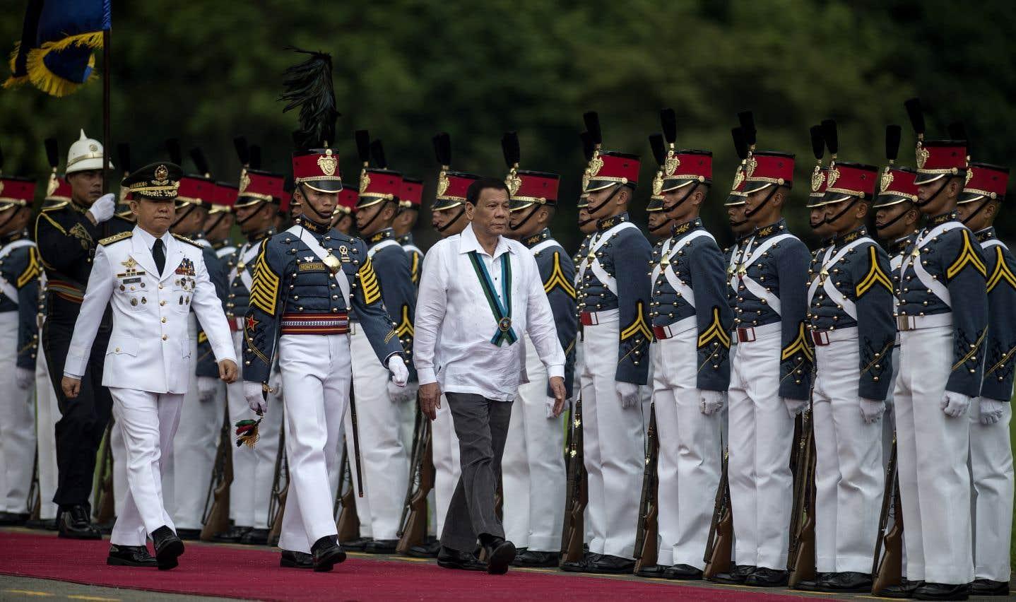 Le président philippin, Rodrigo Duterte, accompagne le chef sortant des Forces armées des Philippines, Eduardo Ano, lors de son inspection des gardes d'honneur, en octobre dernier.