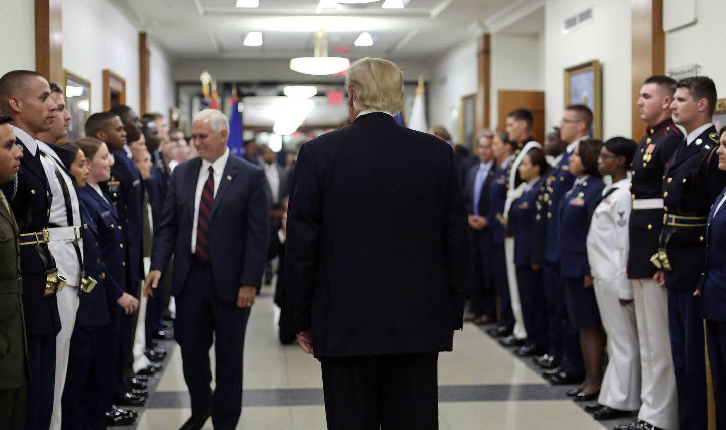Le président Donald Trump et le vice-président Mike Pence saluent des membres du personnel militaire lors de leur visite au Pentagone, en juillet dernier.