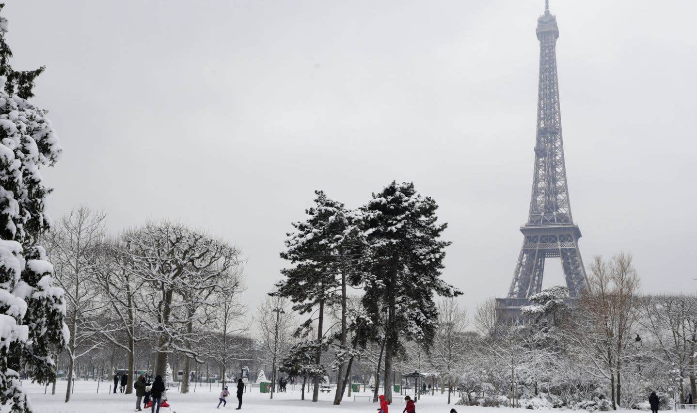 Un manteau blanc de quelques centimètres recouvrait les trottoirs de la capitale française.