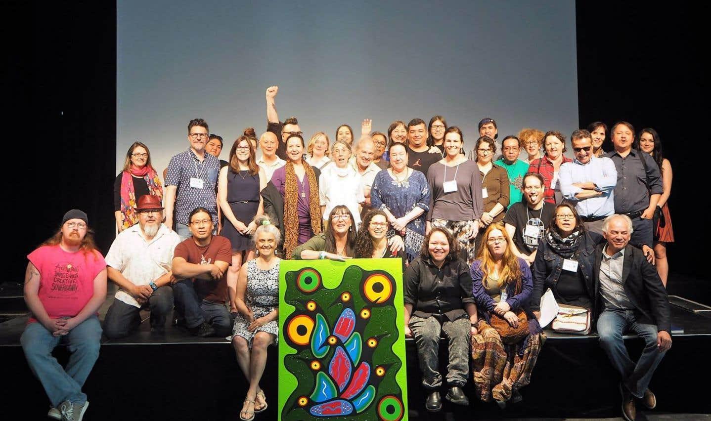 Cinquante-neuf artistes autochtones et quinze organisations culturelles autochtones ont signé le manifeste pour permettre aux artistes autochtones de mieux prendre leur place sur la scène culturelle.