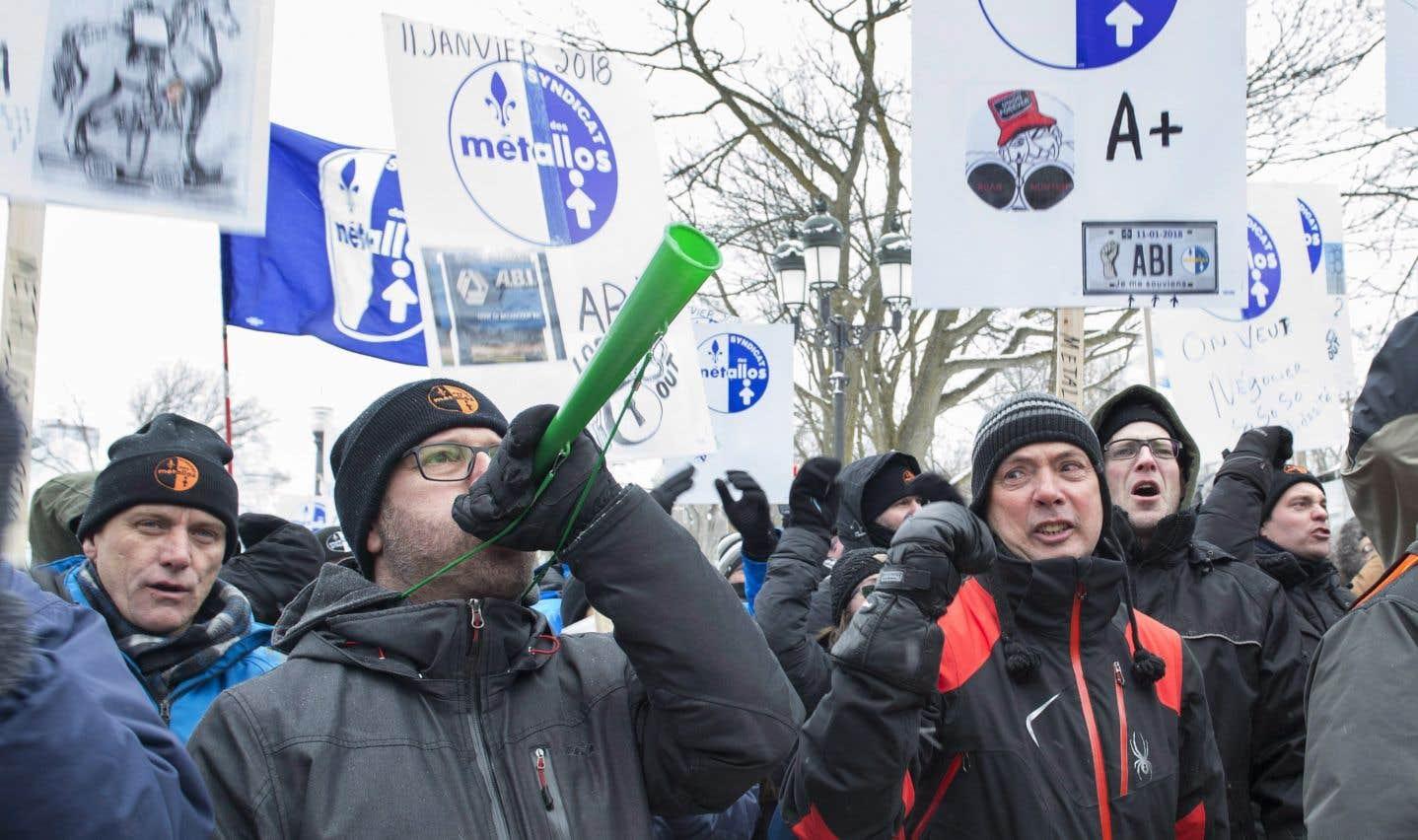 Pas moins de 1030 travailleurs, membres du Syndicat des Métallos affilié à la FTQ, sont dans la rue en raison du conflit.