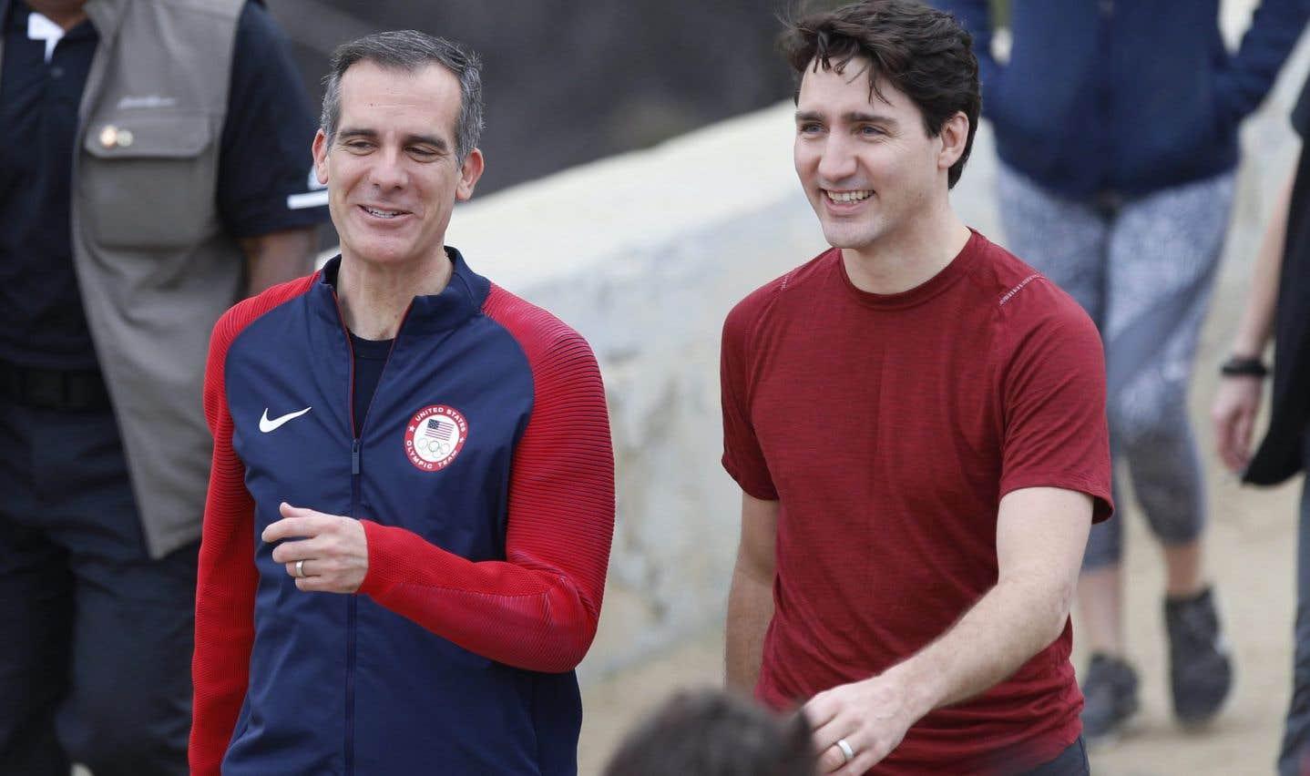 Le premier ministre Justin Trudeau, à droite, avec le maire de Los Angeles, Eric Garcetti, après une randonnée dans les collines entourant l'Observatoire Griffith, samedi 10 février 2018.