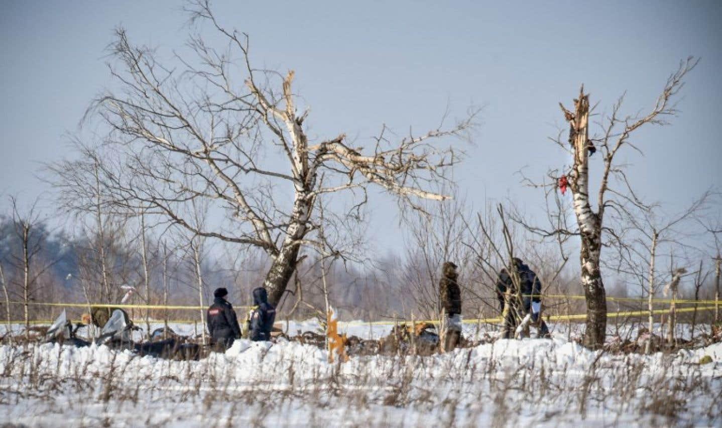 Des centaines d'hommes en uniformes passent au peigne fin plusieurs hectares enneigés à la recherche de restes de corps.