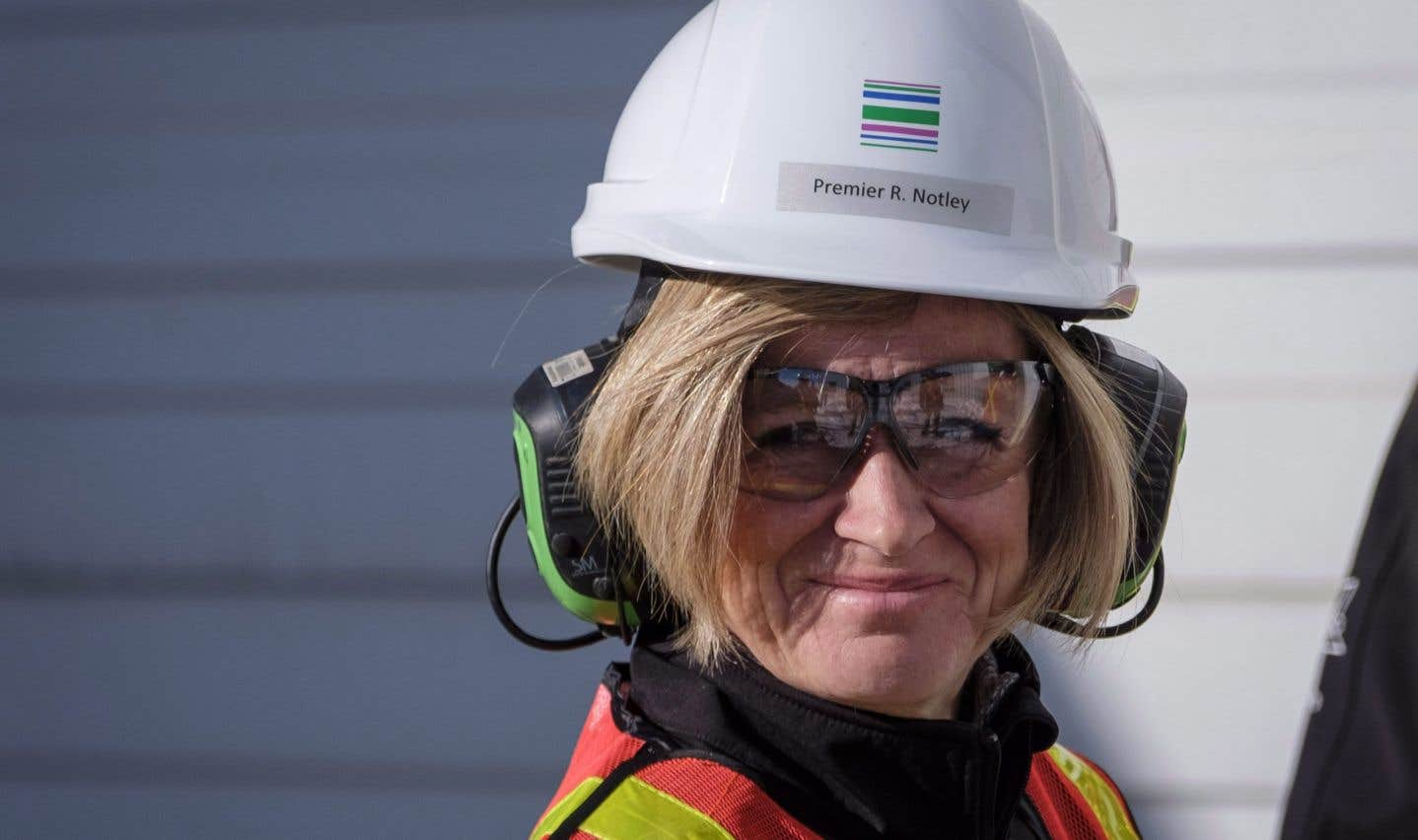 La première ministre de l'Alberta, Rachel Notley, lors d'une visite des installations d'une compagnie albertaine spécialisée dans la construction de tuyaux de pipeline pour le secteur gazier, à Calgary, le 9 février.