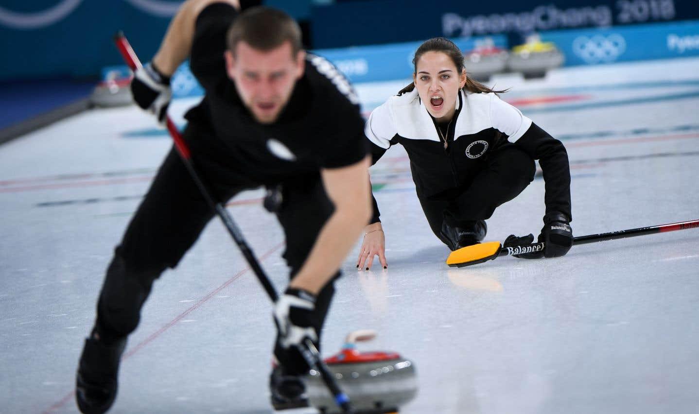 La Russe Anastasia Bryzgalova crie ses instructions lors du match pour la médaille de bronze en double mixte de curling.