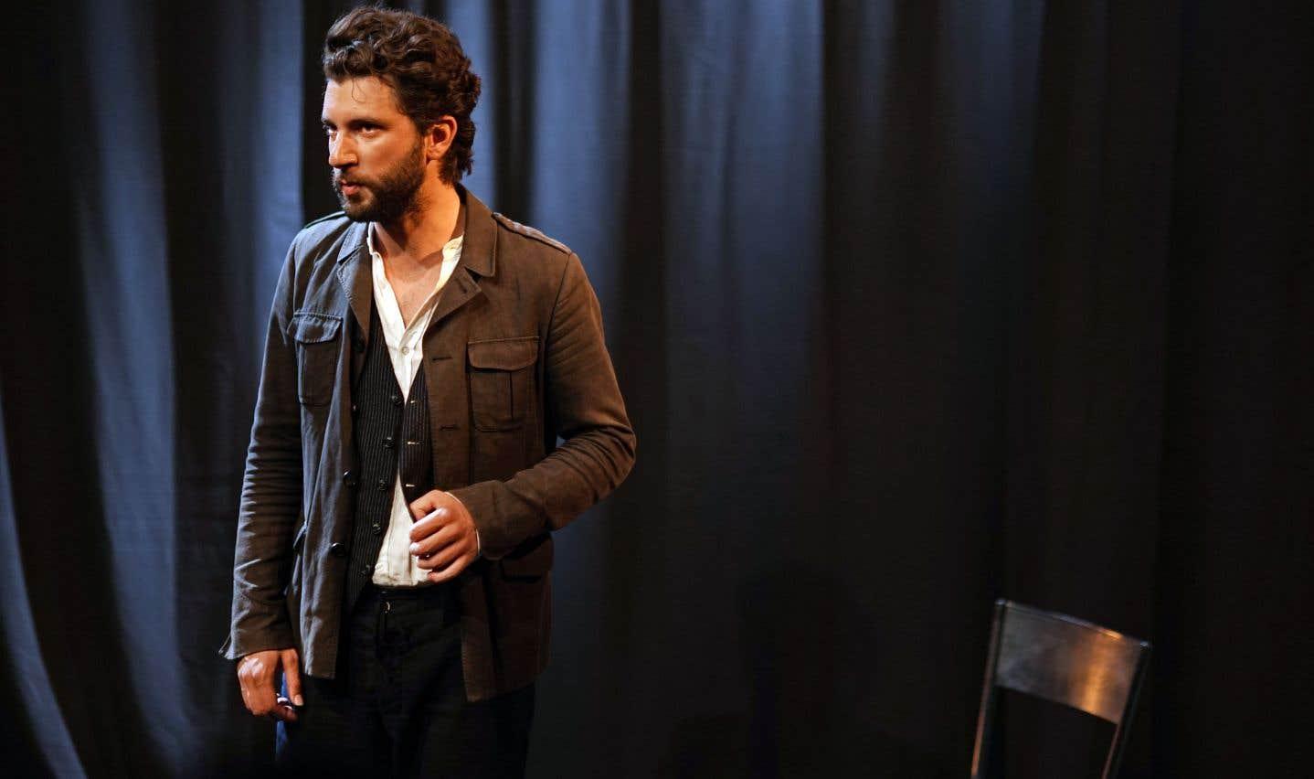 Dans cet ambitieux solo, le comédien français incarne en alternance le médecin, la femme qu'il aime, le boy de la femme qu'il aime.