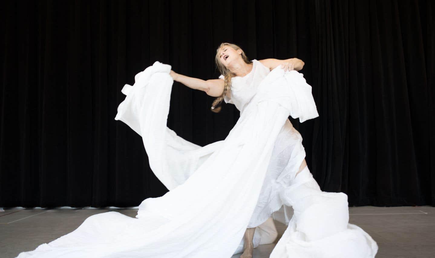 danse et art de la contorsion s hybrident pour aborder le cycle du vivant dans sang bleu le. Black Bedroom Furniture Sets. Home Design Ideas