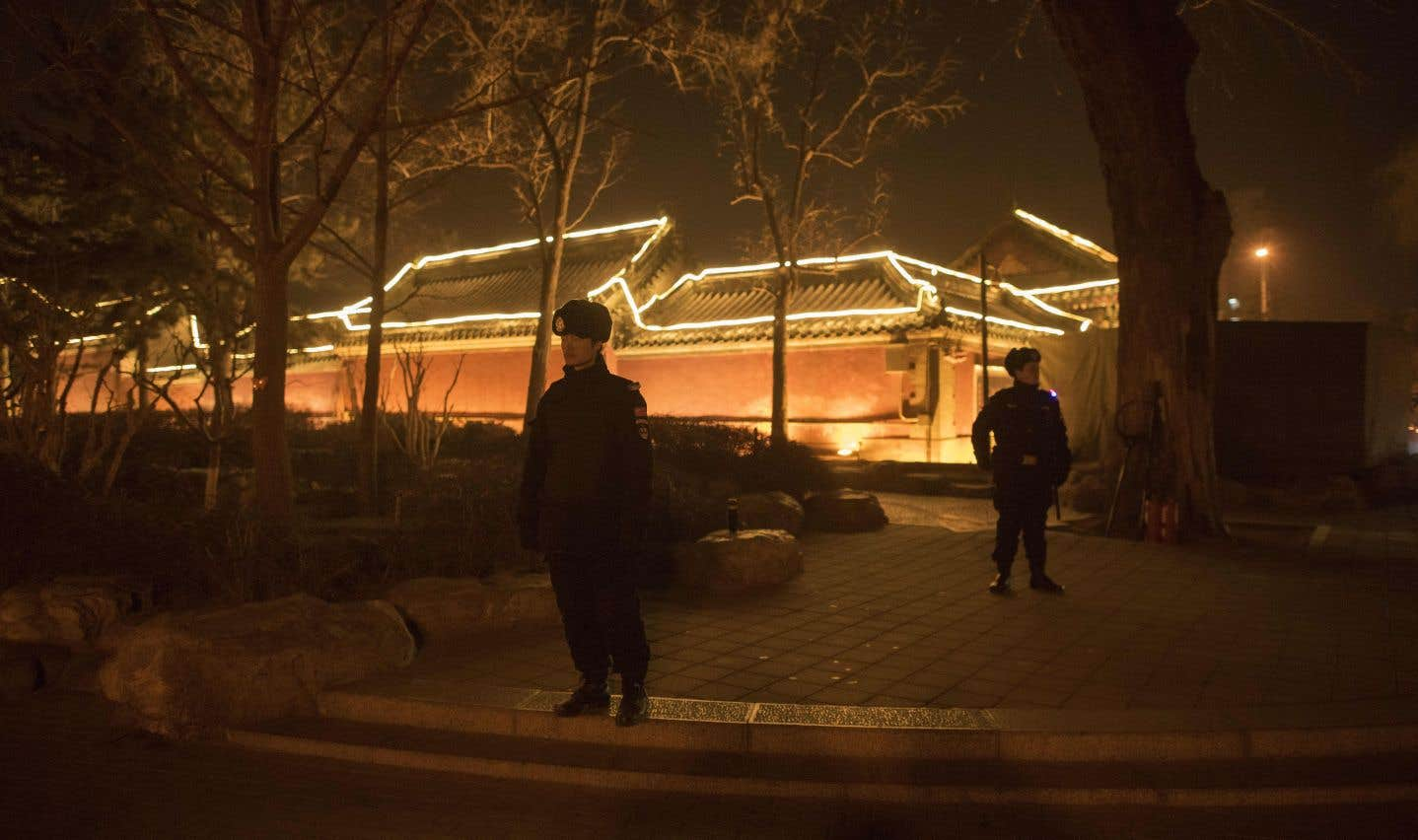 Des rues désertes patrouillées par la police: dans la nuit du Nouvel An lunaire, la capitale chinoise avait des allures de ville morte.