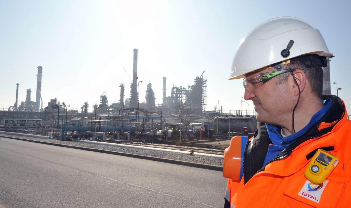 Un employé de Total à Donges, en France. Selon l'auteur, comme bien d'autres multinationales, Total met en œuvre un programme musclé de lobbyisme, consistant à influencer toute la société.