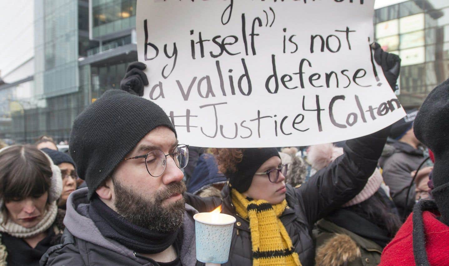 """À Montréal, mardi, une veillée a été organisée en hommage à Colten Boushie, jeune Cri de 22ans abattu par Gerald Stanley en 2016. «""""Le fusil s'estactionné tout seul"""" n'est pas une défense valide», peut-on lire sur la pancarte d'une manifestante, en référence à l'argumentaire du fermier blanc, qui a été acquitté cette semaine."""