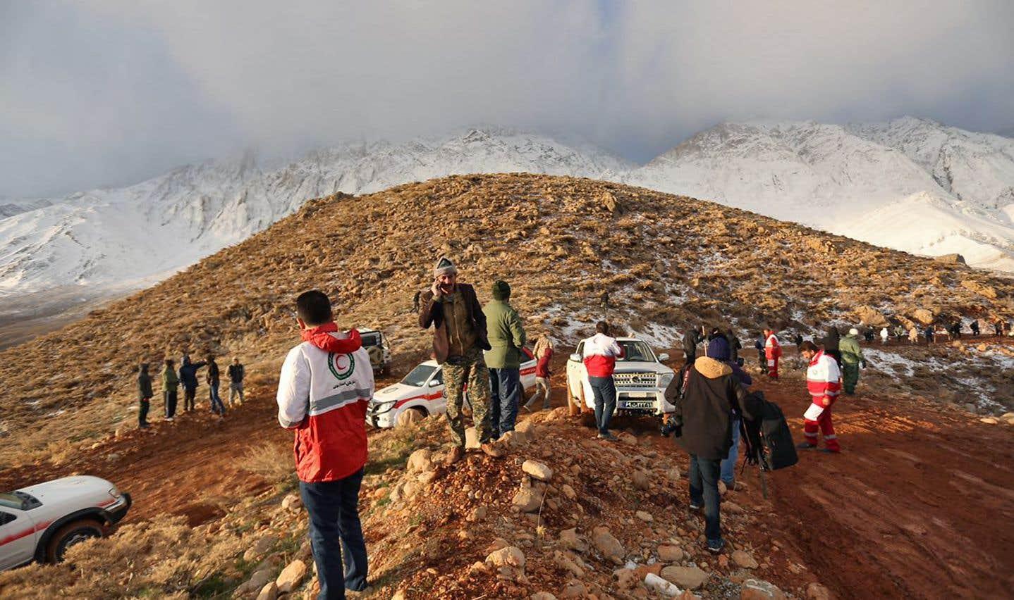 Des membres d'une équipe de secours sont à la recherche de l'épave du vol EP3704 d'Aseman Airlines, dans la chaîne de montagnes de Zagros.