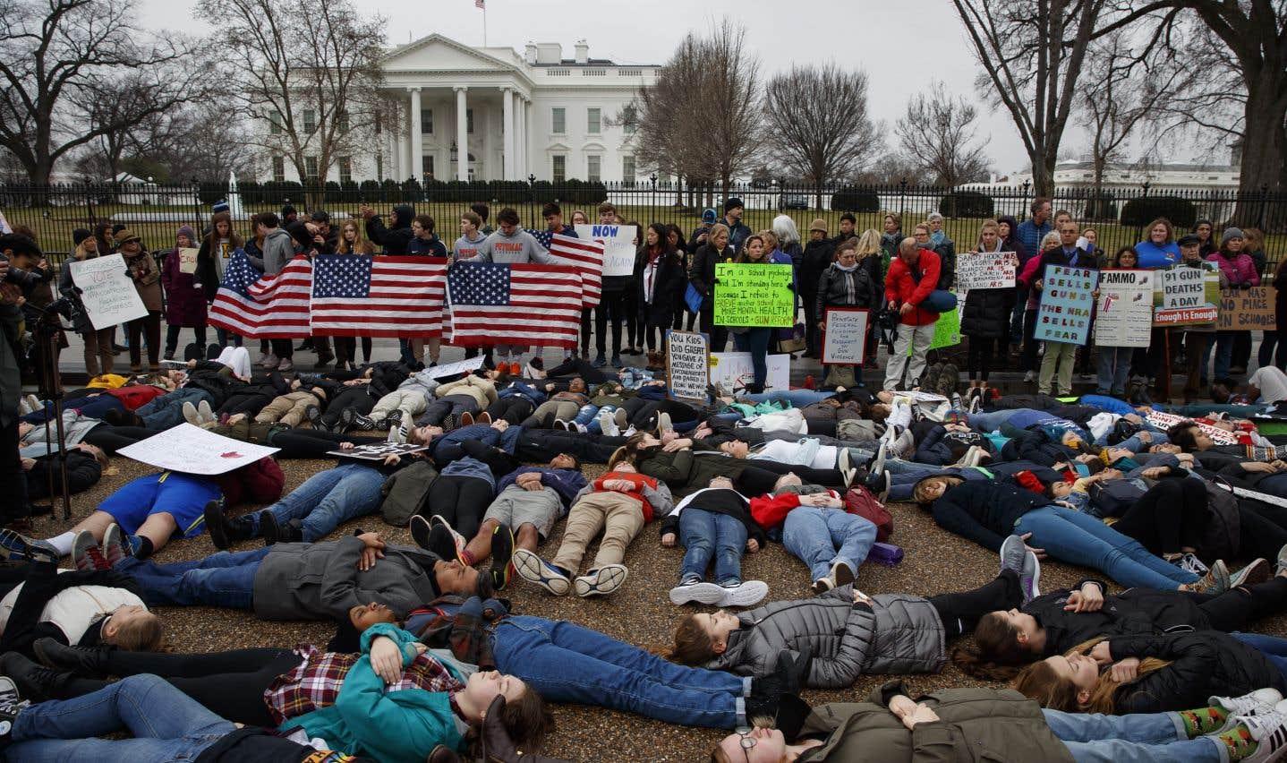 Après la fusillade de Floride, plusieurs Américains ont manifesté devant la Maison-Blanche, réclamant une réglementation plus stricte des armes à feu.