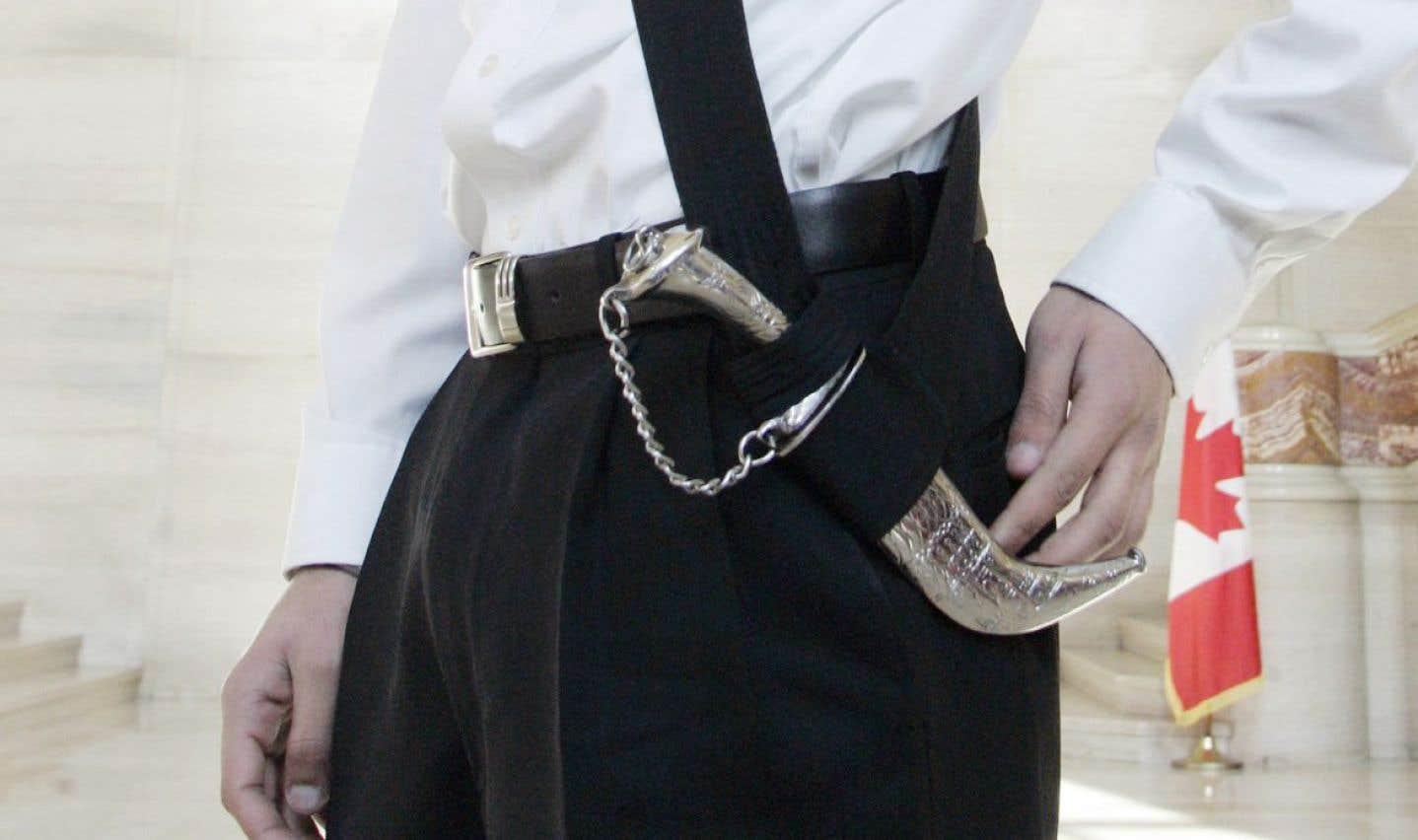 Une motion unanime adoptée en 2011 à l'Assemblée nationale confirmait le droit d'interdire l'entrée à quiconque refuserait d'enlever son kirpan avant de pénétrer dans l'enceinte du parlement.