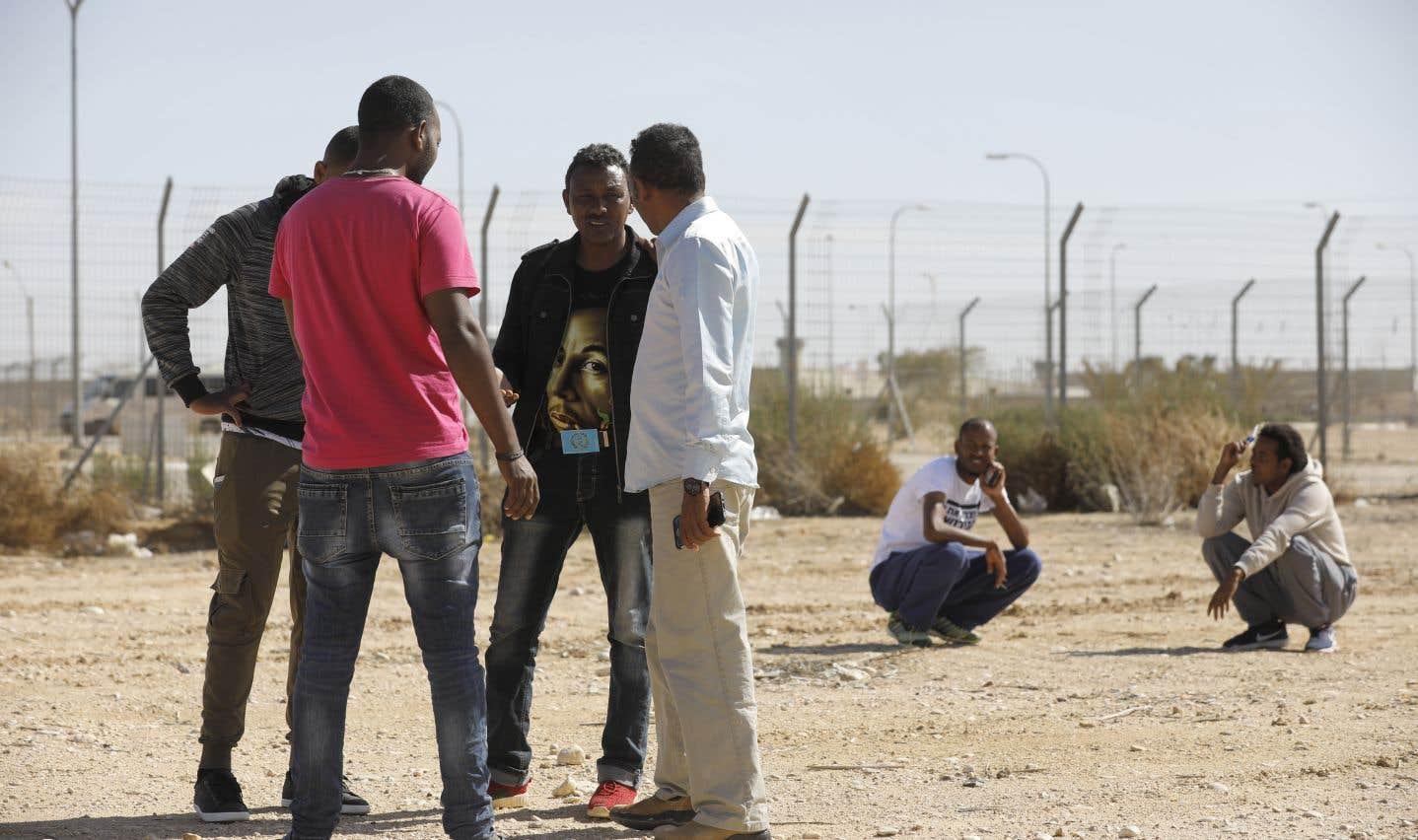 Des migrants africains détenus au centre Holot, dans le sud du désert de Néguev, en Israël, au début février