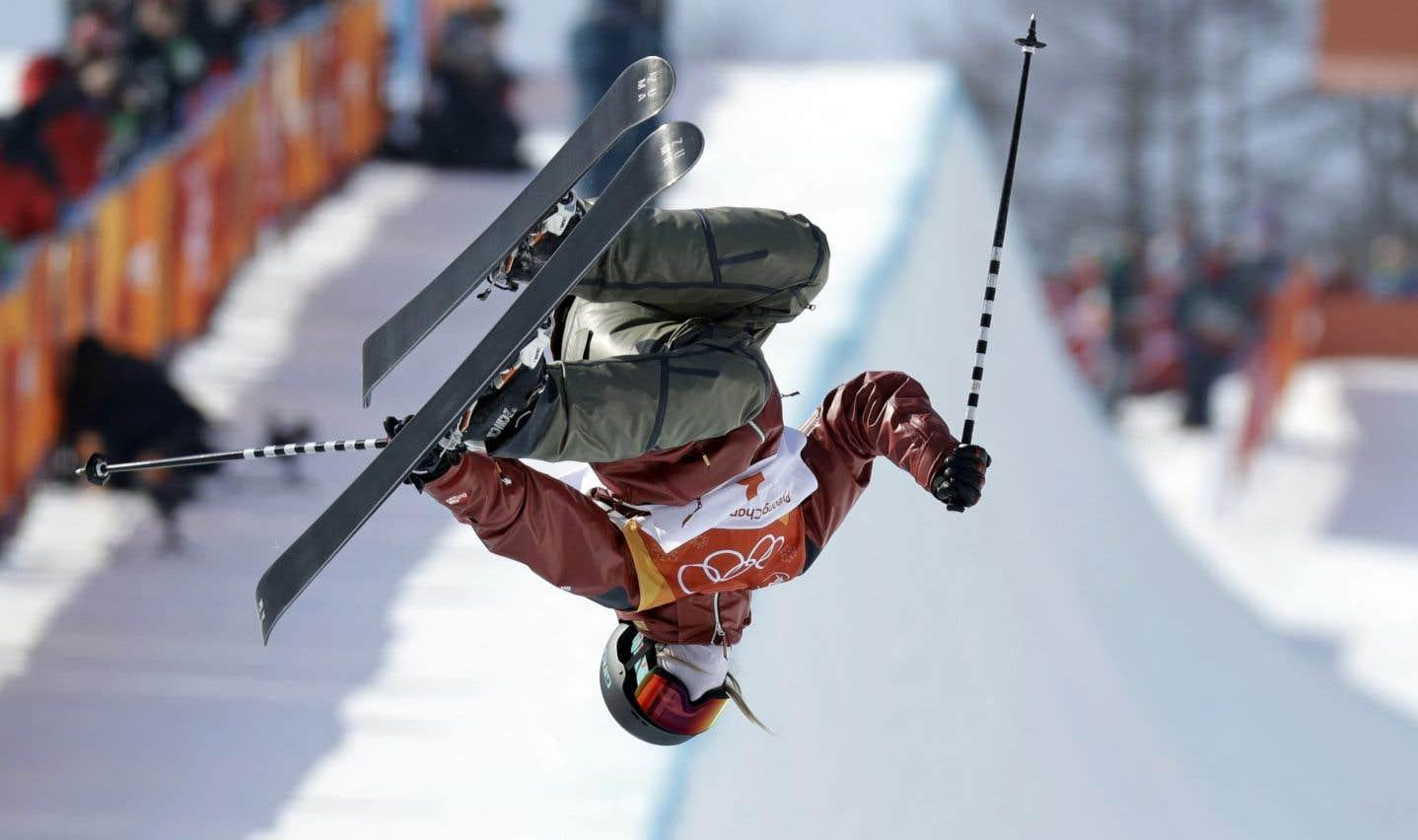 La skieuse canadienne Cassie Sharpe durant l'épreuve de demi-lune qui lui a valu l'or, mardi, en Corée du Sud.