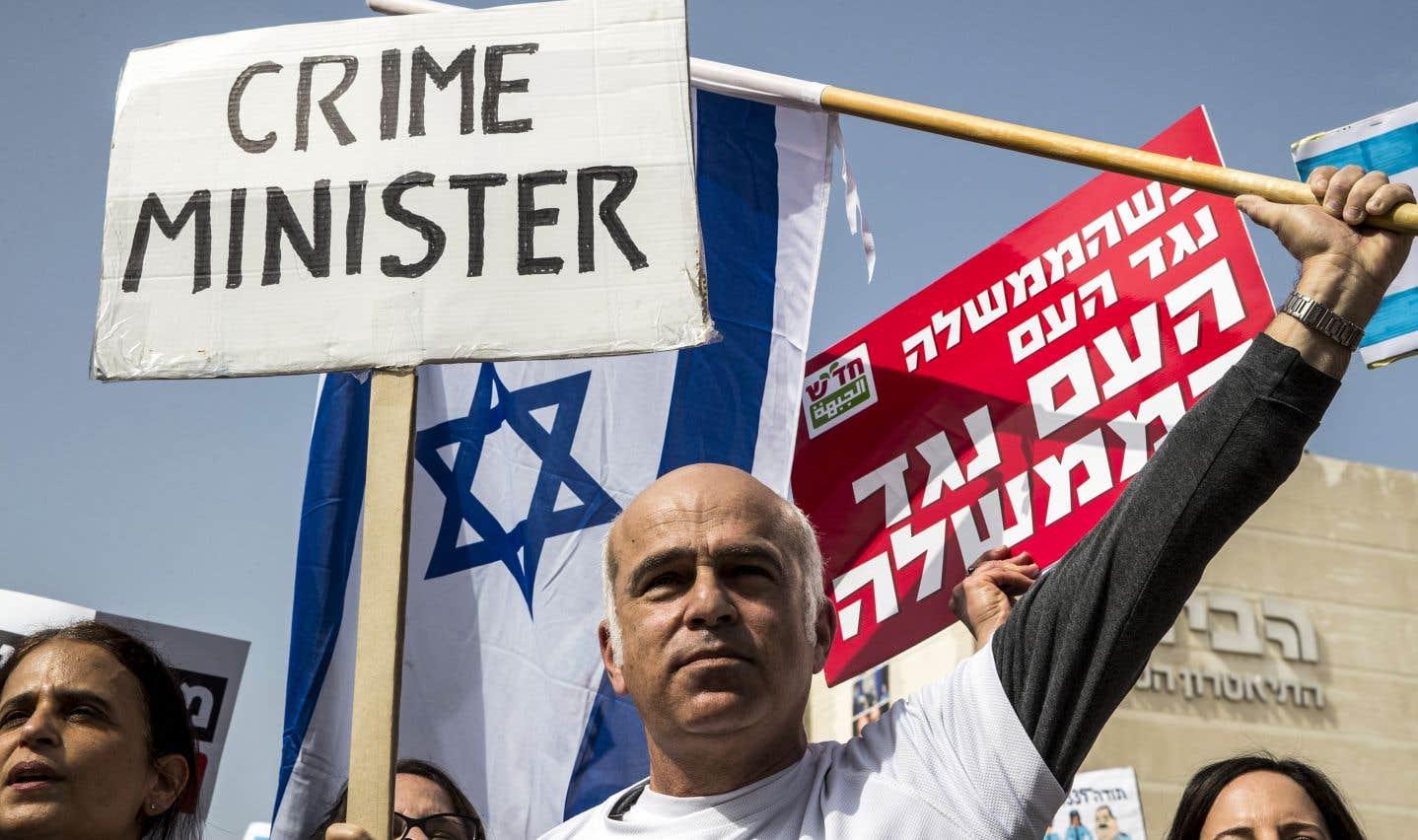 La fin de semaine dernière, des manifestations ont eu lieu à Tel-Aviv pour demander la démission du premier ministre Benjamin Nétanyahou, dont le nom est lié à deux scandales de corruption.