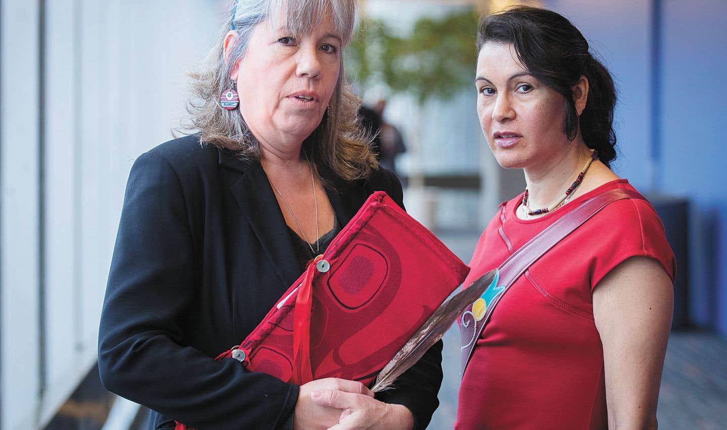 Vicky Boldo, du Réseau pour la stratégie urbaine de la communauté autochtone à Montréal, et Nakuset, qui dirige le Foyer des femmes autochtones.