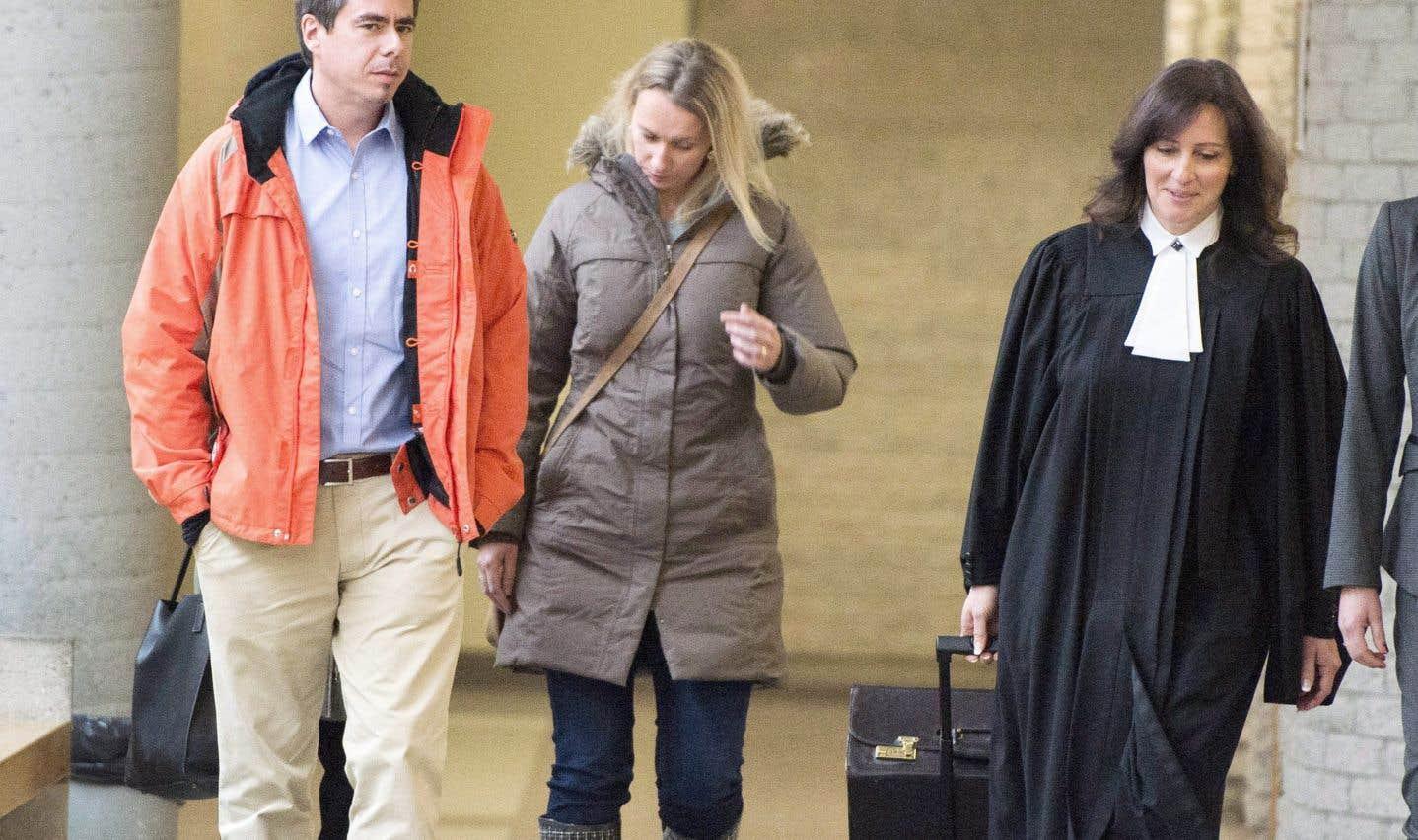 Les parents de la jeune victime, Bernard et Magdalena Biron, marchent en compagnie de la procureure de la Couronne, Me Claudie Gilbert.